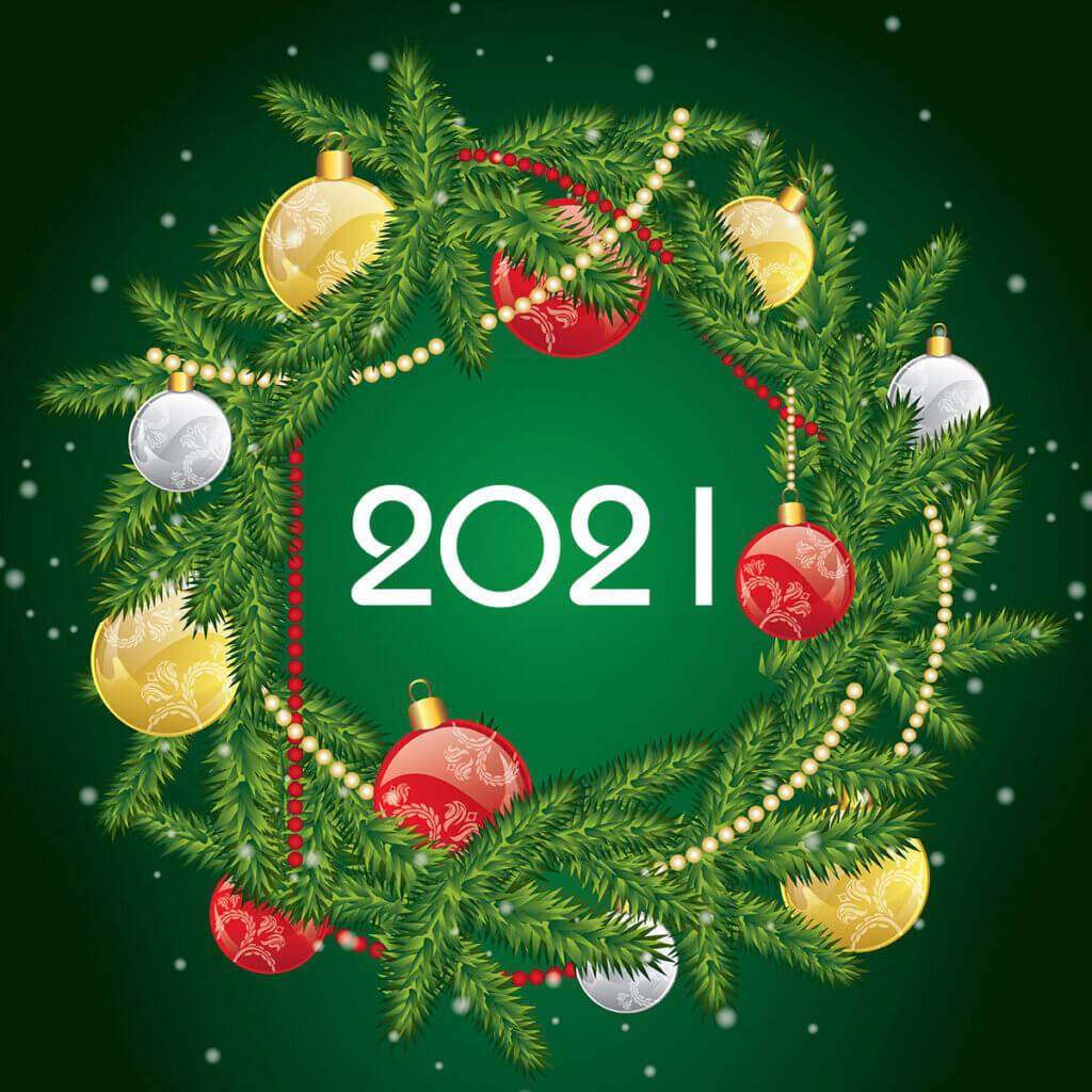 Картинка новогодняя с рождественскими украшениями и венком из еловых ветвей на зелёном фоне.