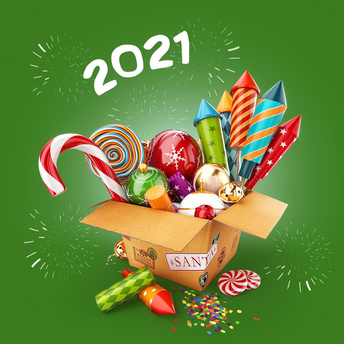 Картинка сладкие подарки на новый год 2021 в картонной коробке с карамелью, рождественскими шарами и фейерверками на зелёном фоне.
