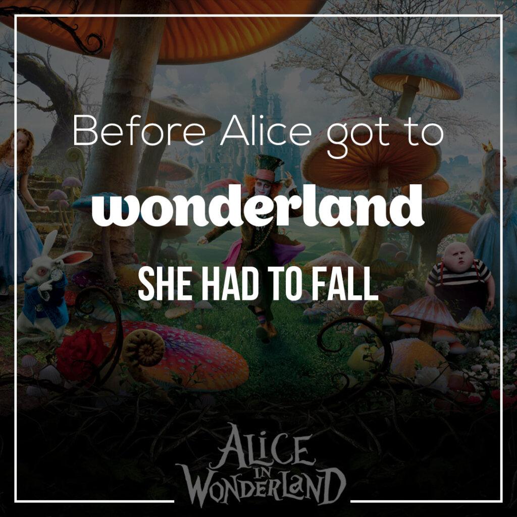 Картинка с текстом цитаты из алисы в стране чудес на английском языке на фоне Шляпника, Кролика, Алисы под гигантскими грибами.
