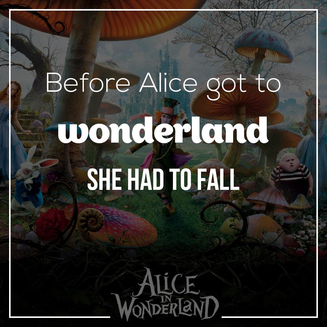 Изображение Шляпника, Кролика и Алисы под гигантскими грибами.