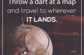 Фотография с текстом английской цитаты на фоне глобуса и коричневого дорожного чемодана.
