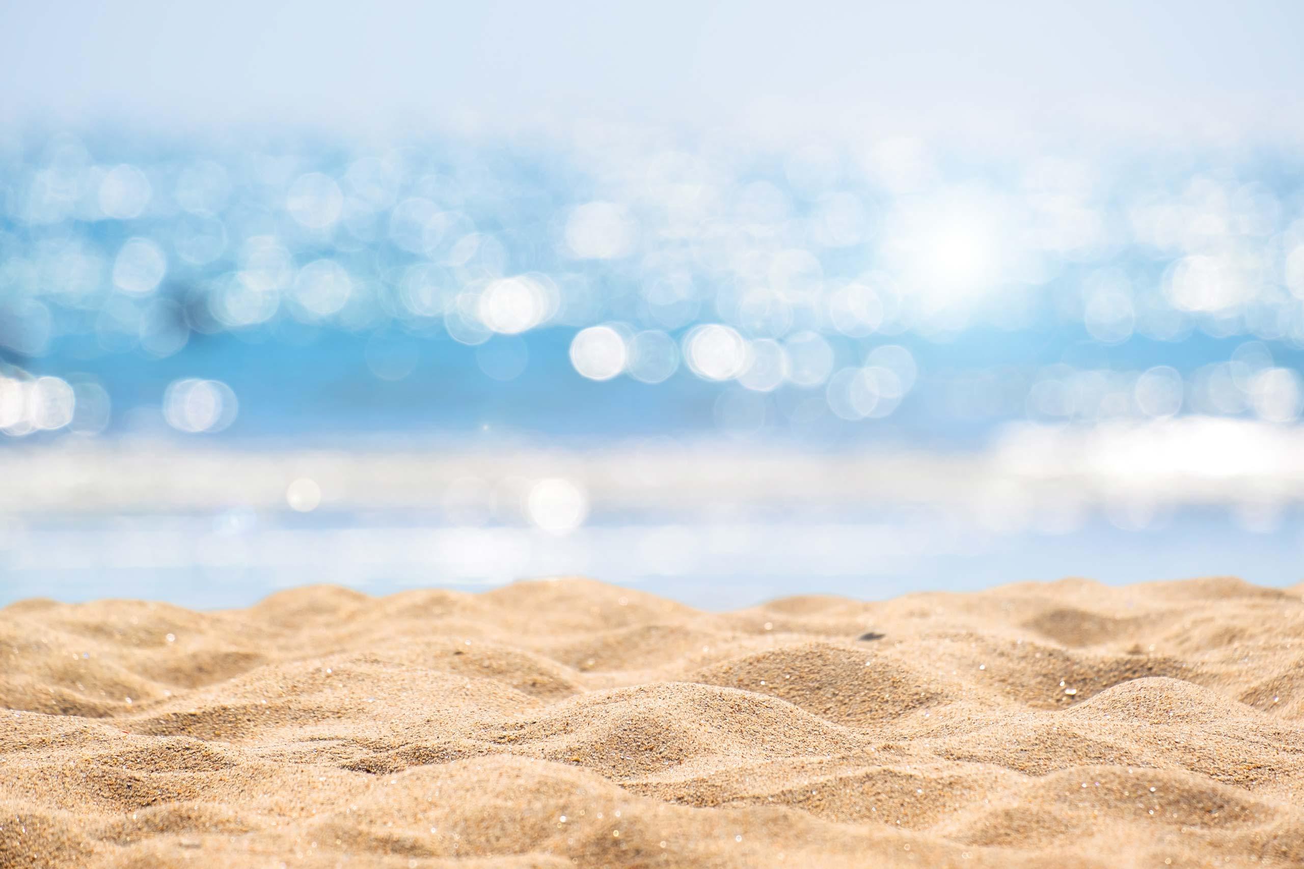 Фото на фон для фотошопа пляж с жёлтым песком и лазурным морем.