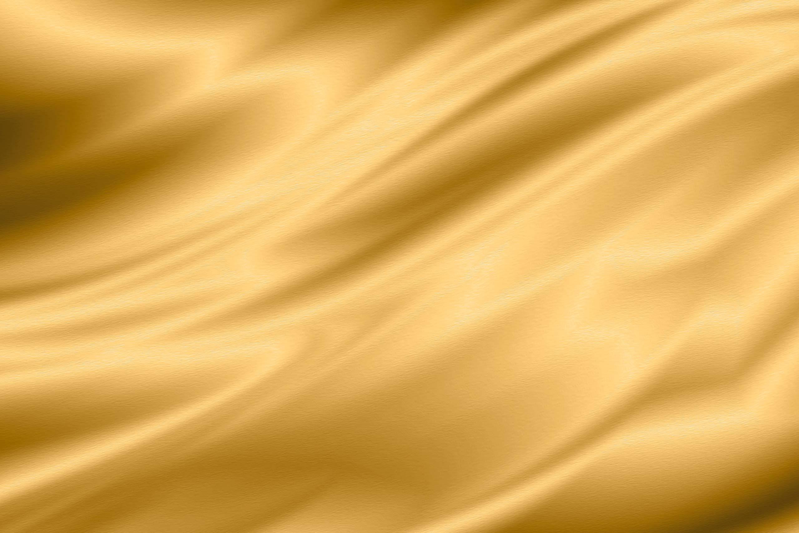 Струящаяся ткань золотистого шелка.