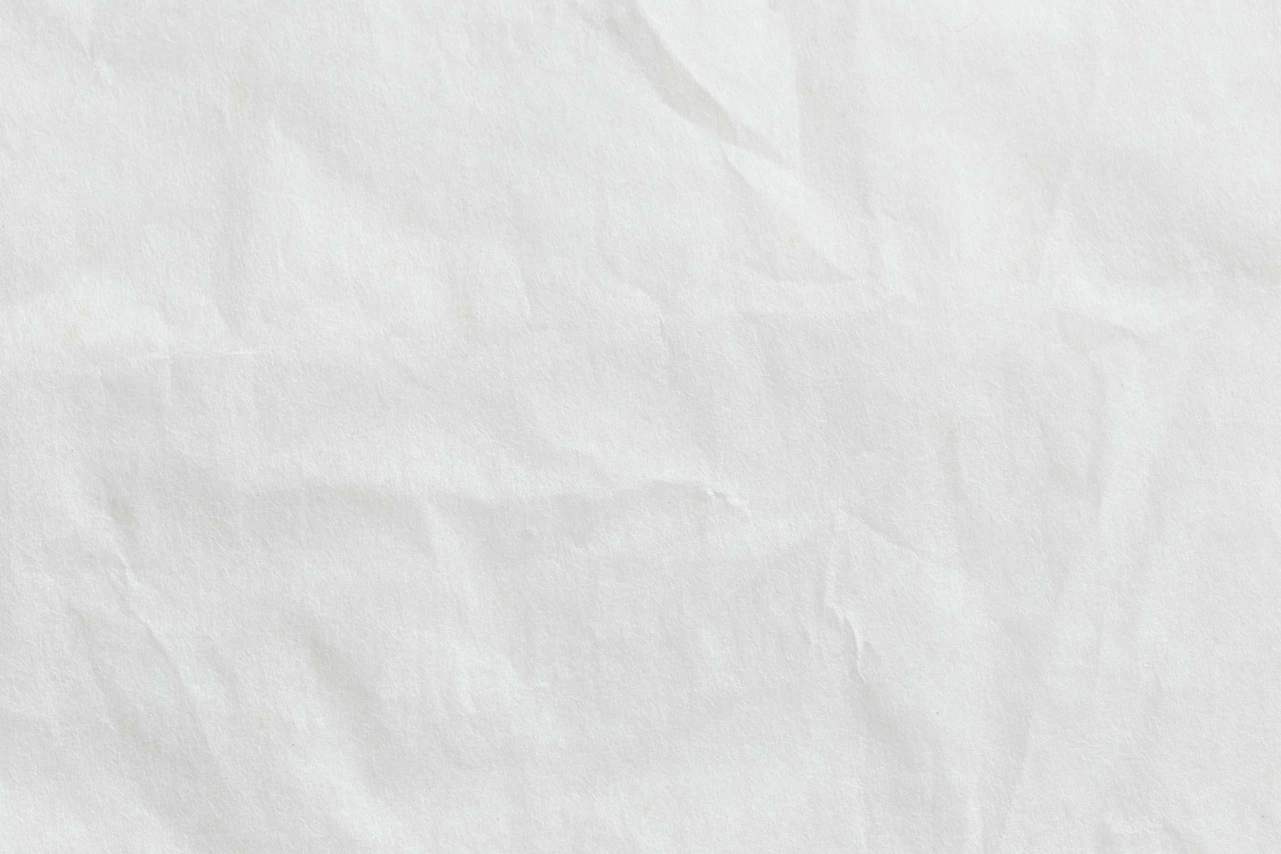 Мятый лист бумаги белого цвета.