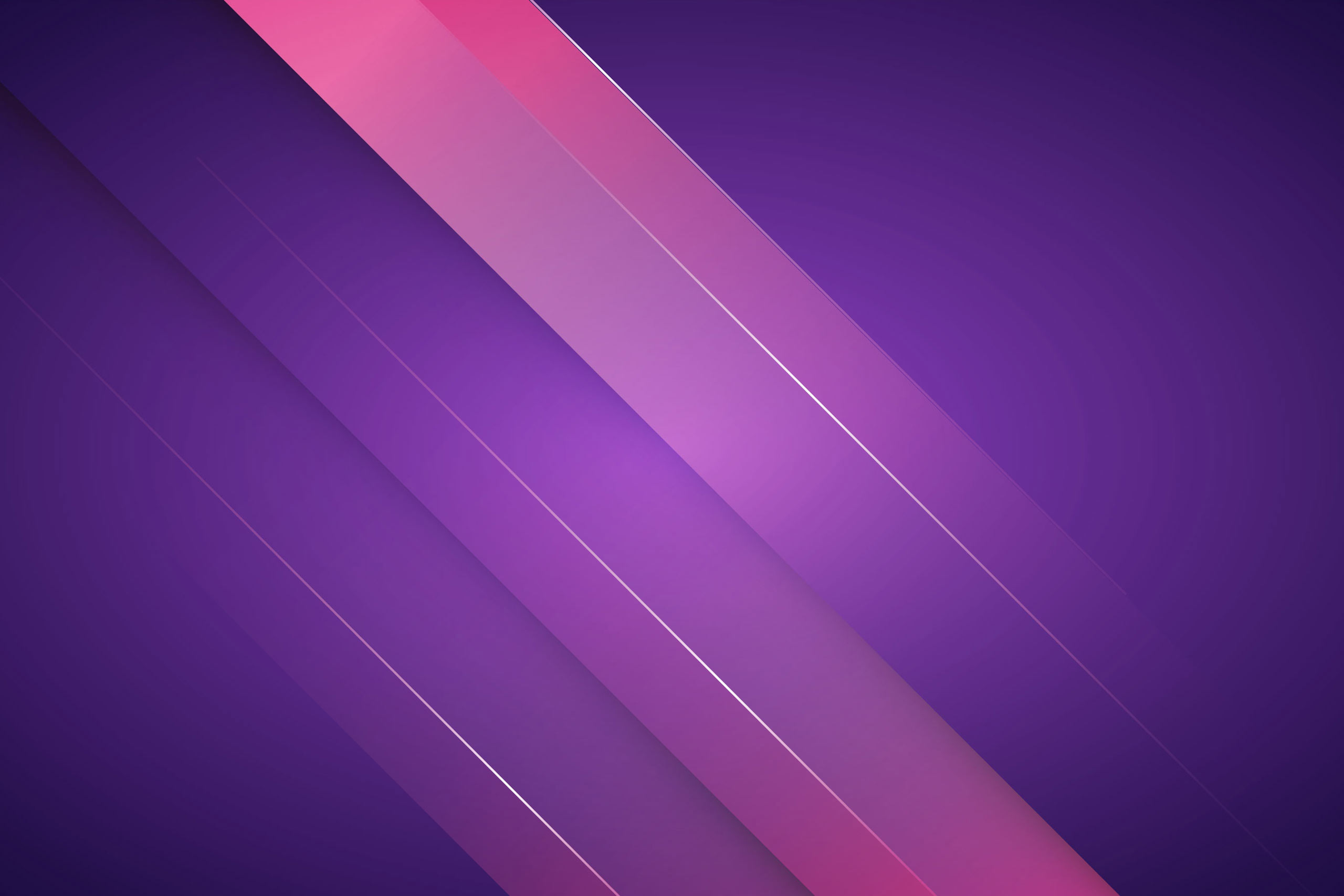Фиолетовый фон с розовыми косыми линиями.